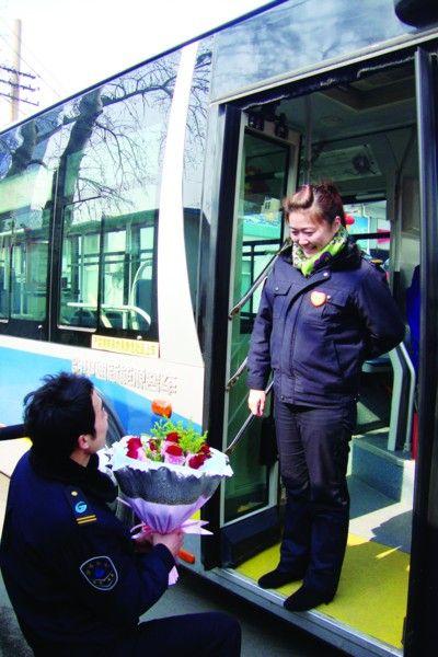 高吉新手捧鲜花向女友求婚。通讯员 赵欣婧 摄