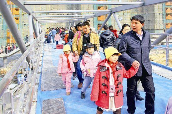 2月16日,省城北中环街富力城人行天桥开通,周边千余名小学生过马路难问题得到解决。 晨报记者 郝晨光 摄