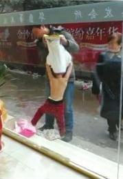 男子脱掉女童上衣。