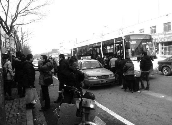 611路公交车被挤到马路中央