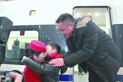 车要开了,杨至荣与老公、儿子依依惜别。通讯员 林琳 摄
