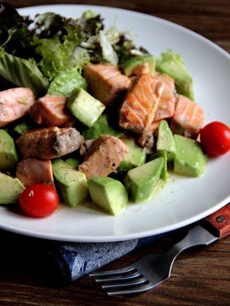 清新的香煎三文鱼配牛油果沙拉