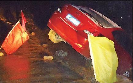 事故车随时有坠崖危险。交警供图
