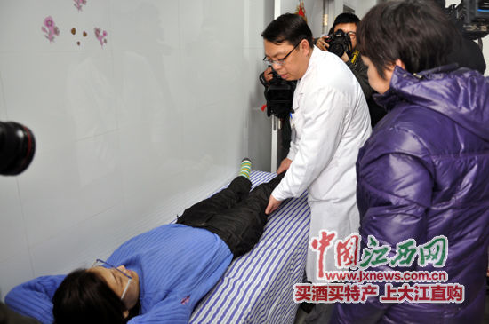 医生为李玉川检查身体