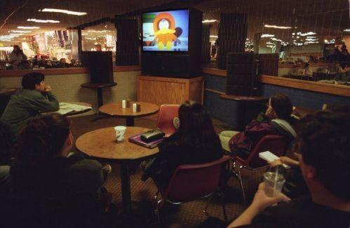 马萨诸塞大学学生正在看新闻
