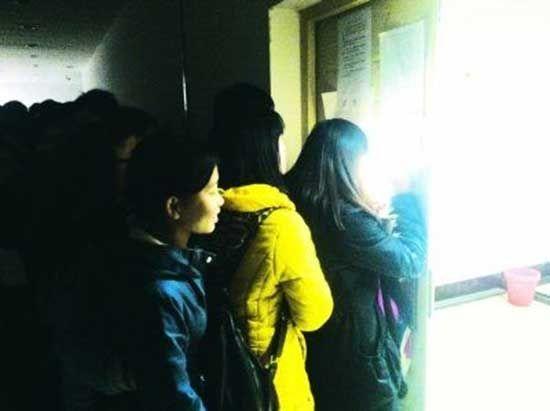 学生半夜起床排队抢座位