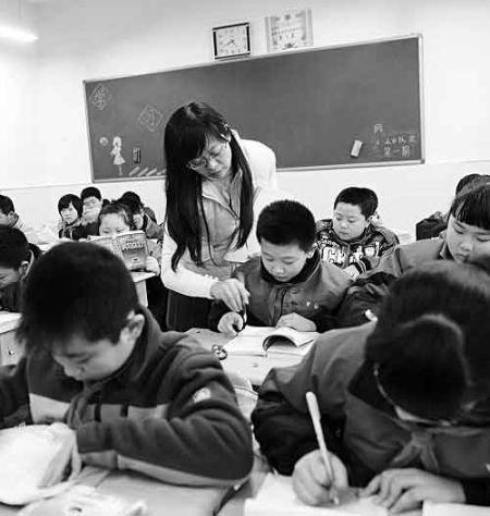 老师正在辅导学生做作业