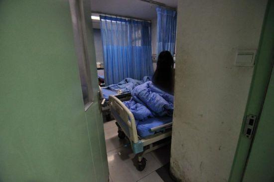 被猥亵女病人所在的病房门,当晚虚掩着。