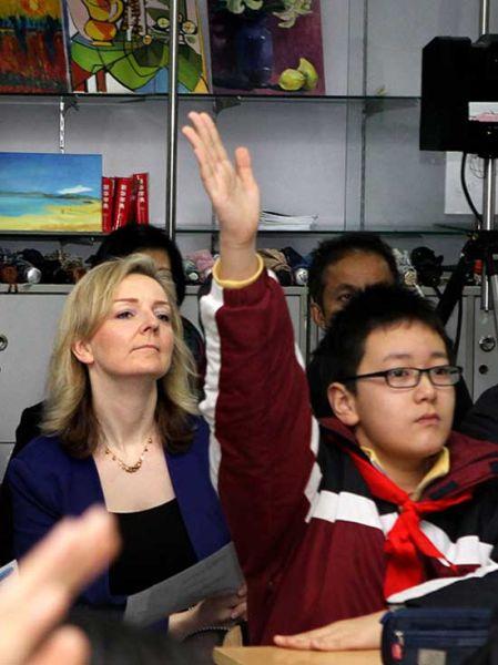 特魯斯(左一)在聽課中