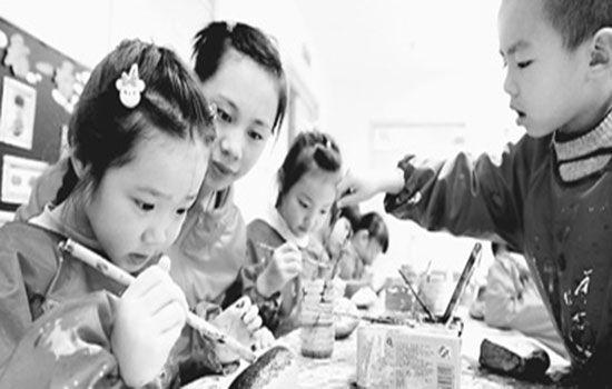 """北京市密云县巨各庄镇蔡家洼村幼儿园的孩子们正在石块上""""涂鸦"""""""