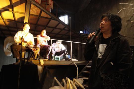 """导演孟京辉(右)与""""二丁一笑戏剧男团"""""""