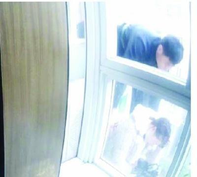 杨警长用绳子系在腰上,探出阳台,趁女子不注意一把抓住了她。
