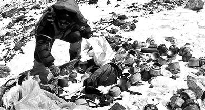 珠穆朗玛峰登山者遗留大量垃圾(网页截图)