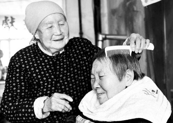 老人为儿媳梳头