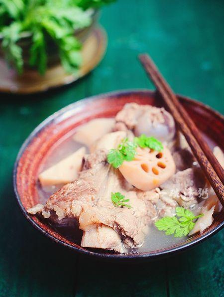 清香可口的藕块筒骨汤