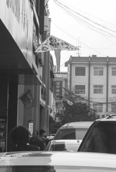 风筝飘进居民区