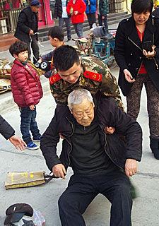 传递正能量:老人摔倒众人扶