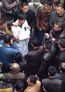 广东潮州一医生被押走游行