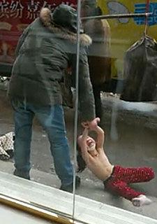 女童被父亲扒光衣服当街拖行