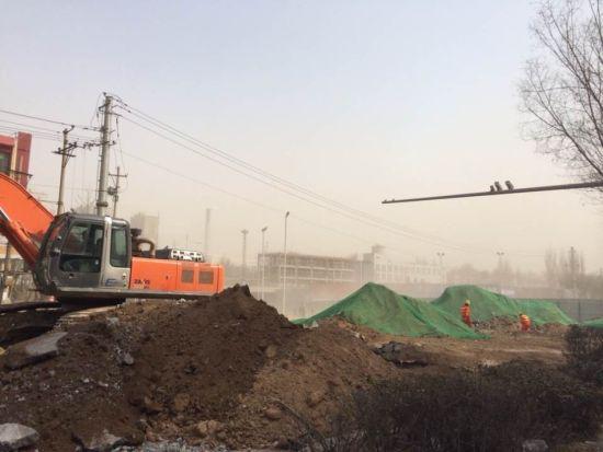 组图:太原建设路施工遇大风 黄土漫天