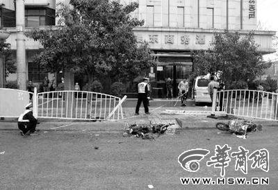 交警正在勘查现场 记者 赵雷 摄