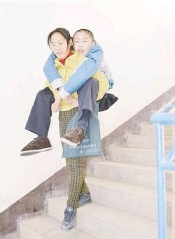 李江平背着孩子上学
