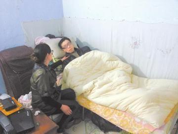 黄菲(化名)照顾患病的丈夫。