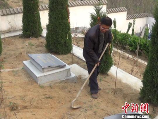 范成锁在烈士陵园里除草