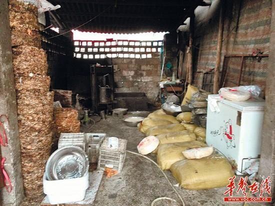 该黑作坊已用臭肉、内脏、牛骨炼油长达2年。 记者 张明阳 摄