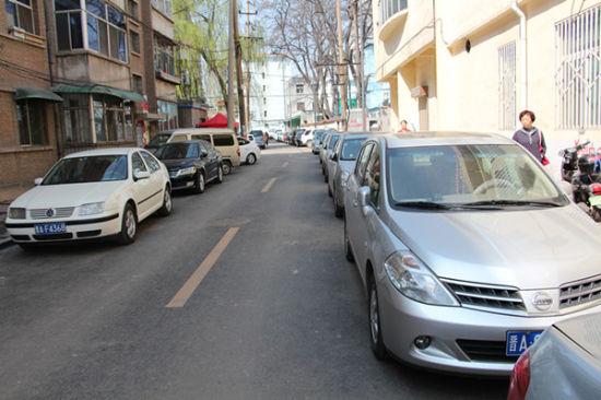 太原一条小巷里,两边停满了车