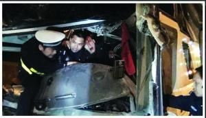 交警徒手救出被困司机