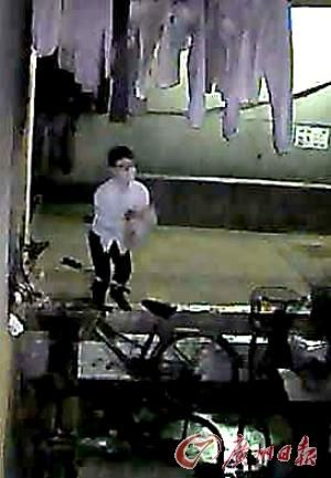 摄像头拍下贼人的偷内衣过程。记者苏俊杰 摄