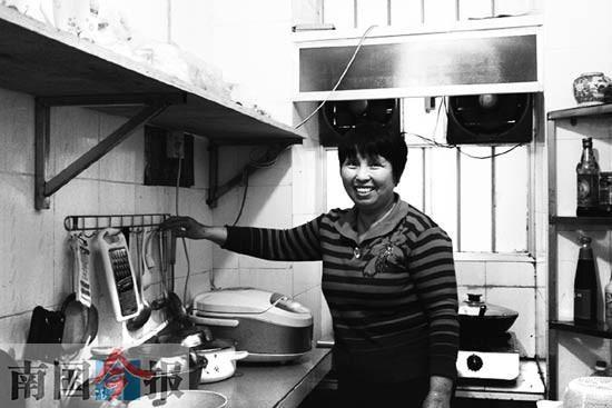 赵香莲在一楼邻居陈惠良、叶秀英夫妇家的厨房里帮他们准备晚饭。记者 刘山 摄