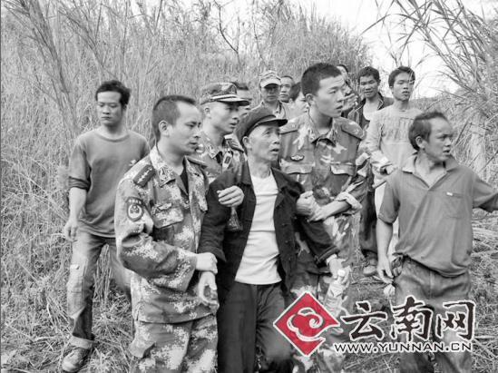 边防民警搀扶黄玉文离开