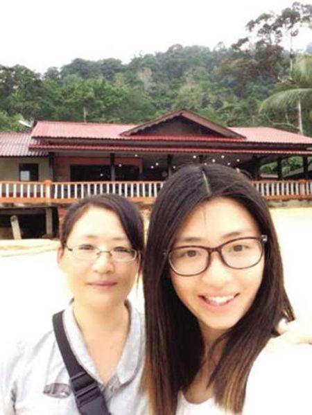 女生与妈妈旅游照