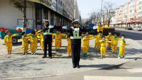 朝幼与交警携手进行安全教育实践课