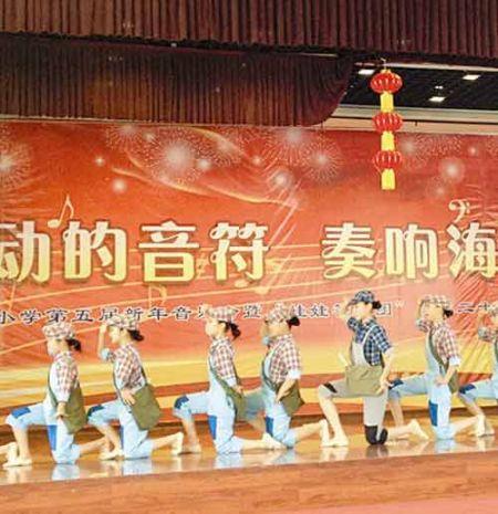 太原双西小学圆梦舞蹈社团正在表演群舞《报童》