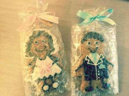 """一对新人将精心制作的饼干作为婚礼""""伴手礼""""。"""