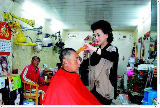 王玉梅正在为环卫工人理发