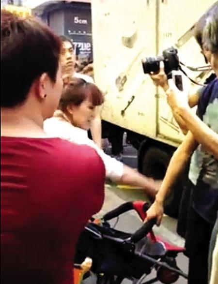 香港青年拍照,多名网友澄清,母亲是用尿布接着,只打了拉车人的手。