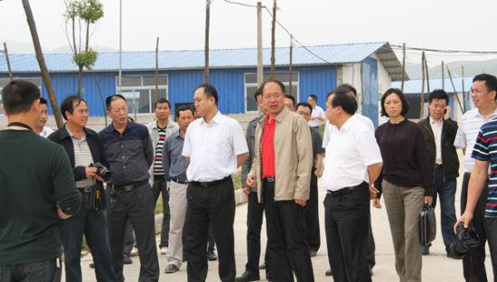 贵州省副省长刘远坤(中)到松桃梵净山牧业有限公司视察现场