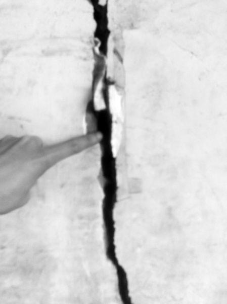开裂的墙壁能塞进两根手指