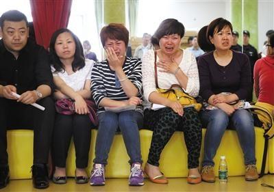 昨日,在情况说明会上,几名家长因孩子被打而痛哭。