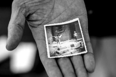 叔叔展示林建新小时候的照片。小时候的林建新(左)活泼开朗。京华时报记者朱嘉磊摄