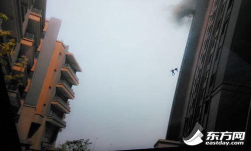两位消防员之死,令人悲伤。尤其是,两人在摔出窗口的瞬间手拉着手