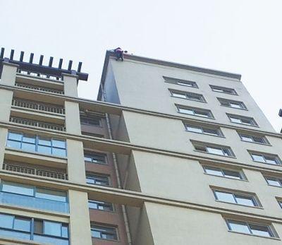 男子身体悬空18层楼外