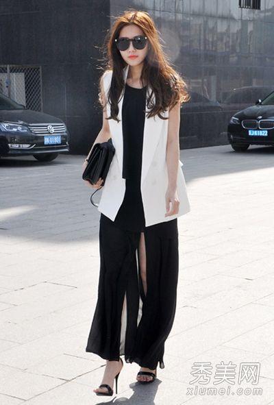 白色西服马甲搭配黑色长裙