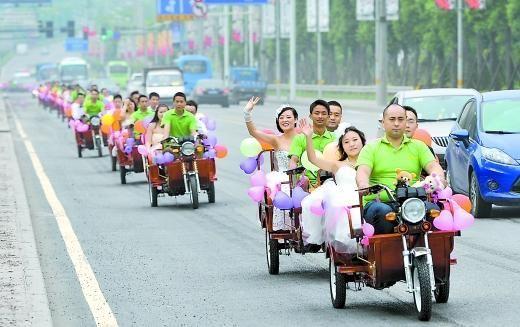 昨日,九龙坡区白彭公路,16辆电动三轮车组成的婚车队很拉风。