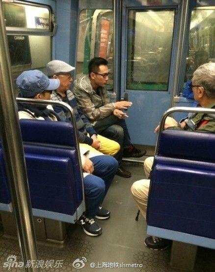 粉丝巴黎地铁偶遇刘烨