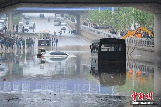 太原遭遇暴雨袭击,城市多条主干道被积水淹没,部分车辆在水中抛锚,道路通行受阻。(点击查看更多组图)
